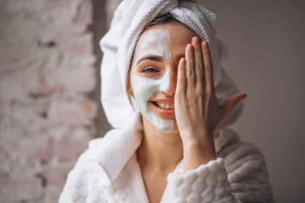 El acné puede aparecer durante la adolescencia y en diferentes momentos de nuestra vida. Se puede tratar con CBD para el acné o grano