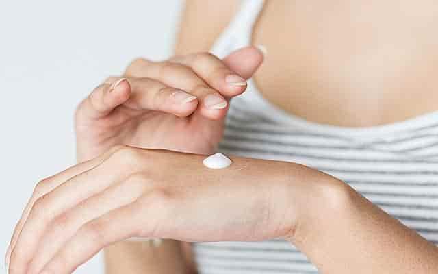 Las cremas de CBD son estupendas para hacer desaparecer granitos y manchas en la piel
